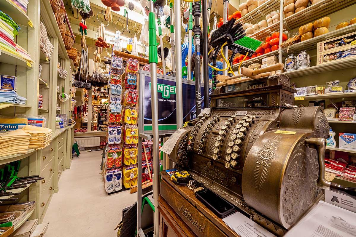 Pronkstuk van de winkel: antieke kassa met slinger