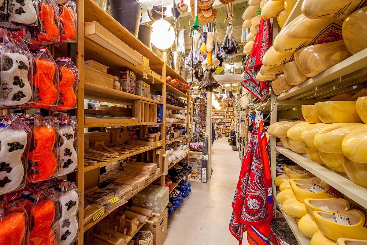 Klompen in de oude houten schappen en honderden borstels en plumeaux